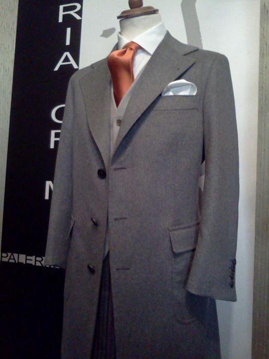Soprabito uomo di purissimo cashmere. Taschino pochette a barchetta maniche ribattute a camicia cuciture ribattute con filo di seta reale